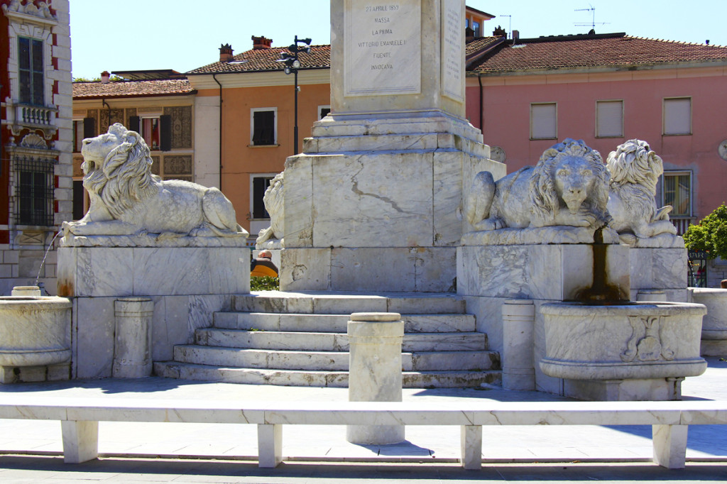 Great statue in the center of the main piazza